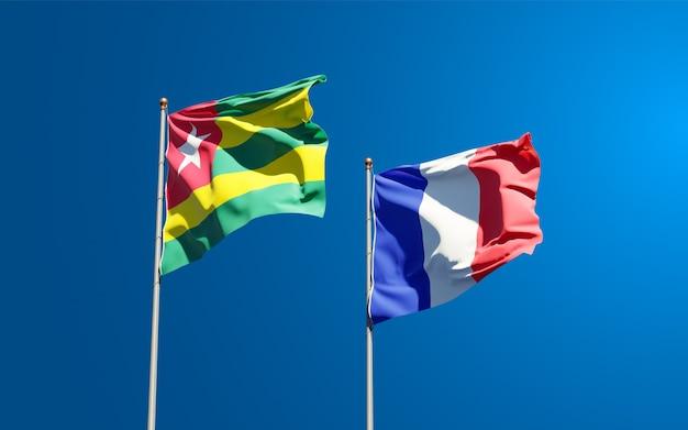 Belle bandiere di stato nazionali di francia e bb insieme al cielo