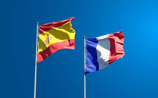 Belle bandiere di stato nazionali di francia e spagna insieme al cielo