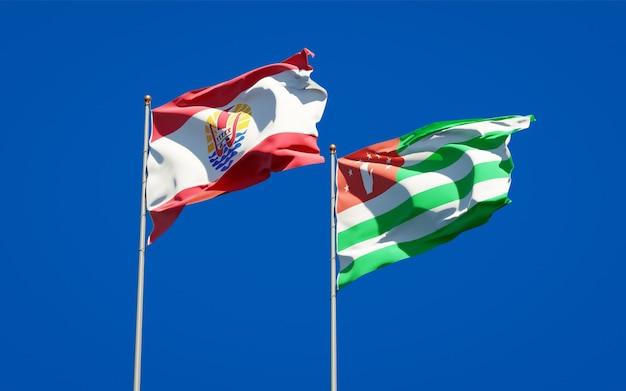Belle bandiere di stato nazionali della polinesia francese e dell'abkhazia insieme
