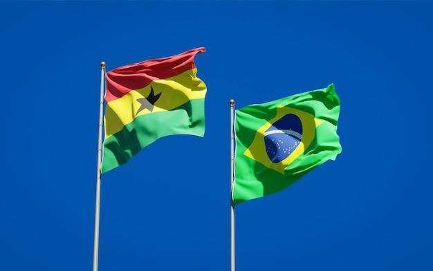 Belle bandiere di stato nazionali del ghana e del brasile insieme sul cielo blu