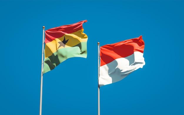 Belle bandiere di stato nazionali del ghana e indonesia insieme sul cielo blu