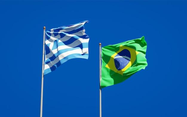 Belle bandiere di stato nazionali della grecia e del brasile insieme sul cielo blu