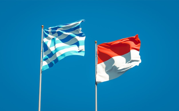 Belle bandiere di stato nazionali della grecia e dell'indonesia insieme sul cielo blu