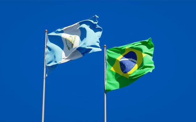 Belle bandiere nazionali dello stato del guatemala e del brasile insieme sul cielo blu