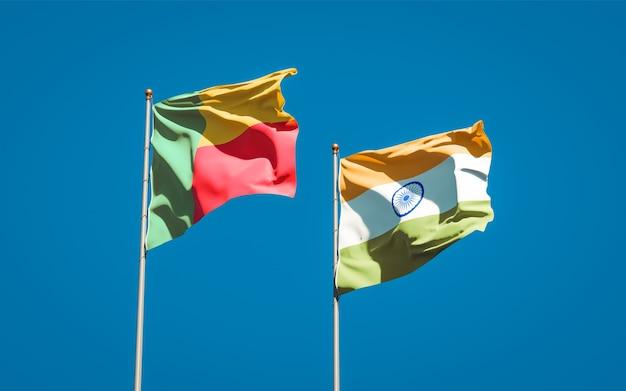 Belle bandiere di stato nazionali dell'india e del benin insieme