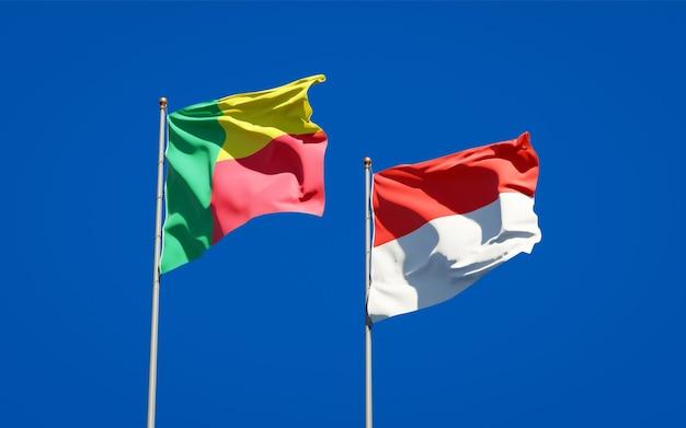 Belle bandiere dello stato nazionale dell'indonesia e del benin insieme sul cielo blu