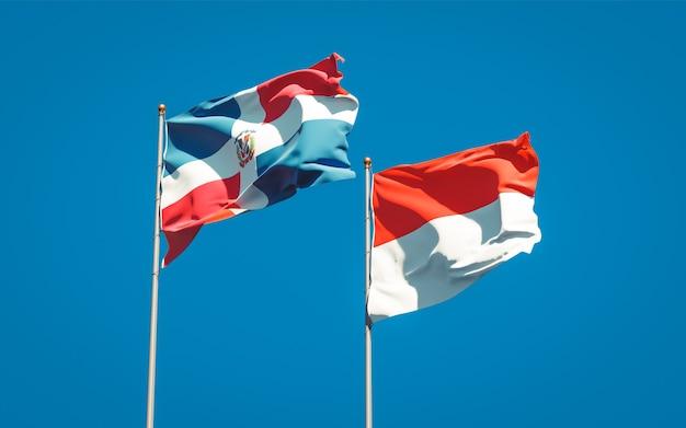 Belle bandiere di stato nazionale dell'indonesia e della repubblica dominicana insieme sul cielo blu