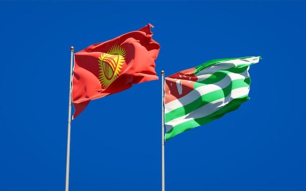 Belle bandiere di stato nazionali del kirghizistan e dell'abkhazia insieme