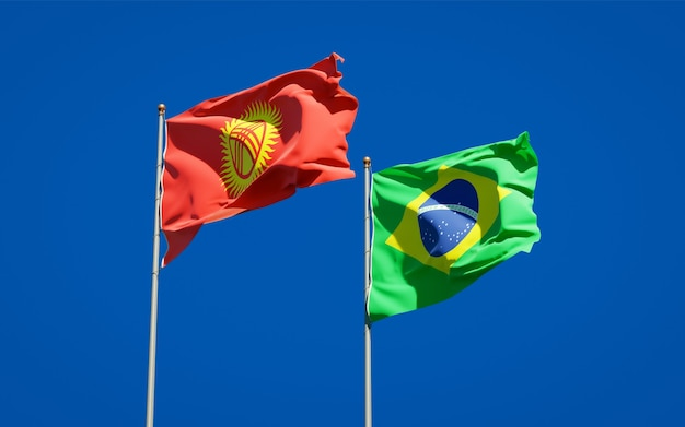 Belle bandiere dello stato nazionale del kirghizistan e del brasile insieme sul cielo blu