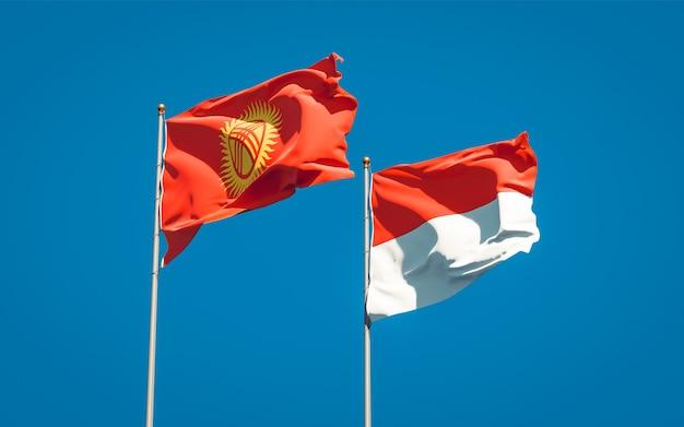Belle bandiere di stato nazionali del kirghizistan e indonesia insieme sul cielo blu