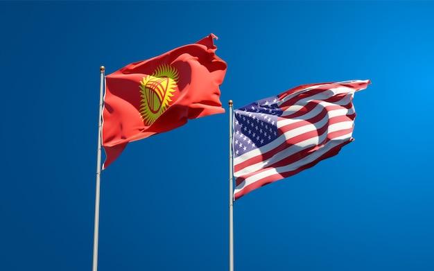 Belle bandiere di stato nazionali del kirghizistan e stati uniti insieme