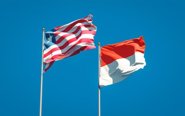 Belle bandiere di stato nazionali della liberia e dell'indonesia insieme sul cielo blu