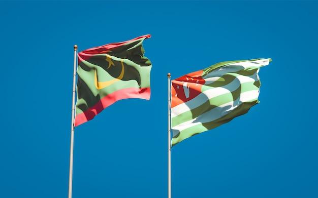 Belle bandiere di stato nazionali della mauritania e dell'abkhazia insieme