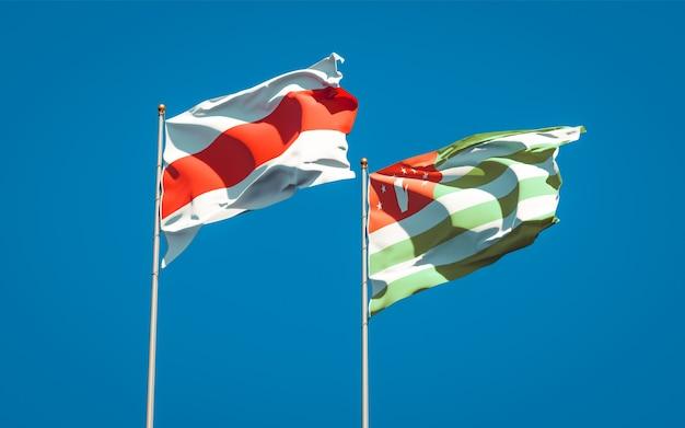 Belle bandiere di stato nazionali della nuova bielorussia e dell'abkhazia insieme