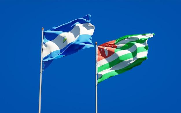 Belle bandiere di stato nazionali del nicaragua e dell'abkhazia insieme