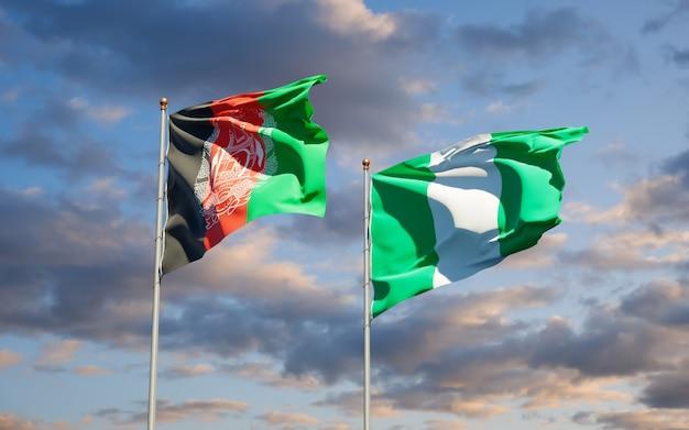 Belle bandiere di stato nazionali della nigeria e dell'afghanistan insieme sul cielo blu