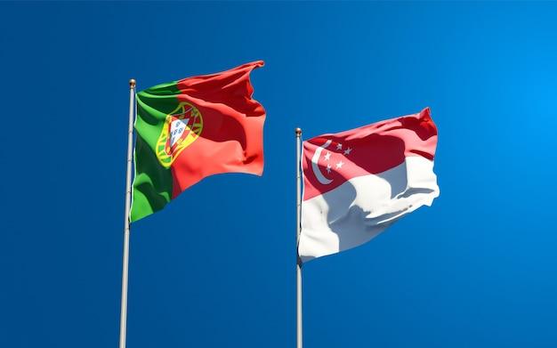 Belle bandiere di stato nazionali del portogallo e di singapore insieme