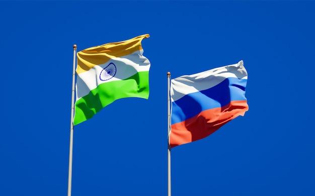 Belle bandiere di stato nazionali della russia e dell'india insieme sul cielo blu. grafica 3d