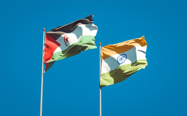 Belle bandiere di stato nazionali di saharawi e india insieme
