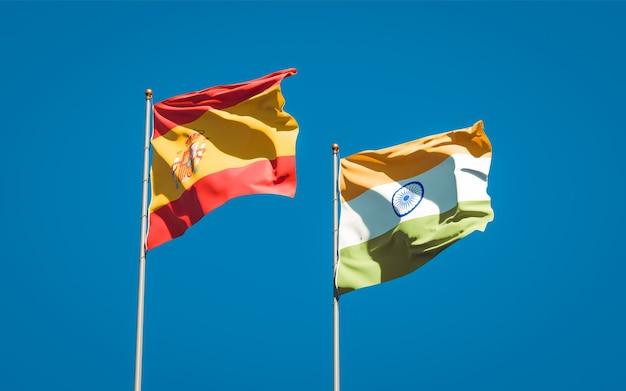 Belle bandiere di stato nazionali di spagna e india insieme