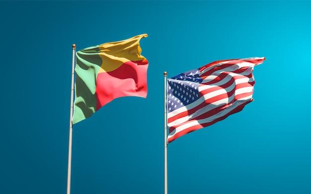 Belle bandiere di stato nazionali di usa e benin insieme