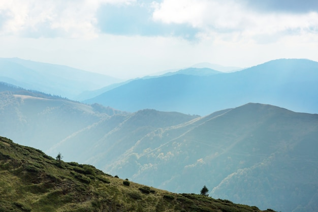 Bellissimi paesaggi naturali nelle montagne dei carpazi