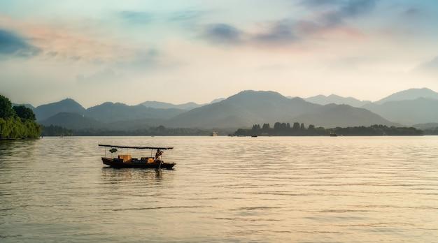 Lo splendido scenario naturale e le barche in legno del lago ad ovest di hangzhou