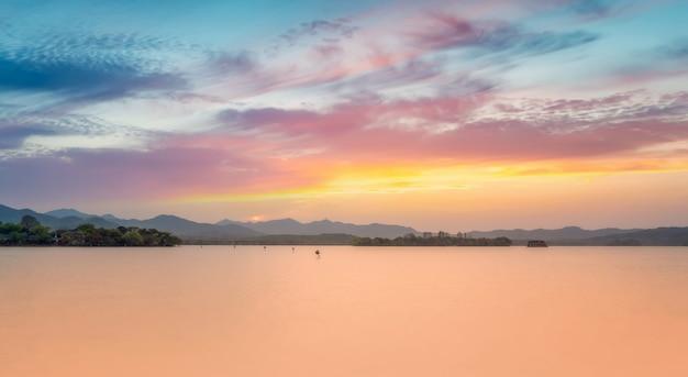 Lo splendido scenario naturale e le barche in legno del west lake a hangzhou