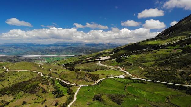 Natura meravigliosa. paesaggio naturale dell'albania. riprese aeree delle montagne albanesi