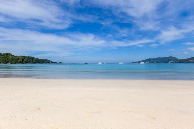 La bellissima natura del mare delle andamane e la spiaggia di sabbia bianca al mattino a patong beach, isola di phuket, thailandia.