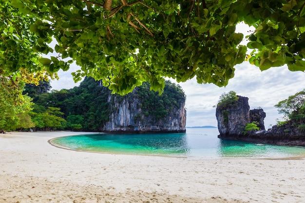 La bellissima natura delle isole del mare delle andamane ko hong, provincia di krabi, thailandia