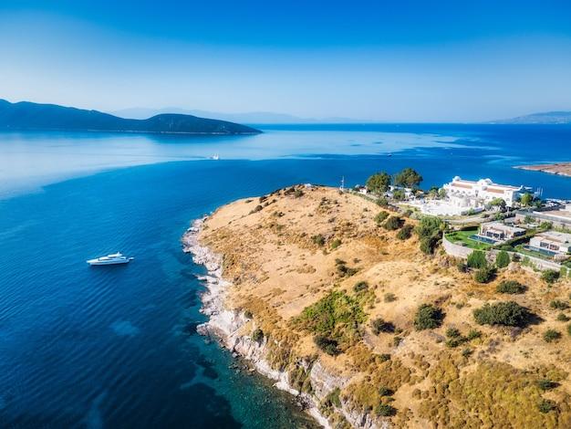 Bellissimo paesaggio naturale dell'isola greca con barca di lusso viaggio d'acqua del mare mediterraneo estate