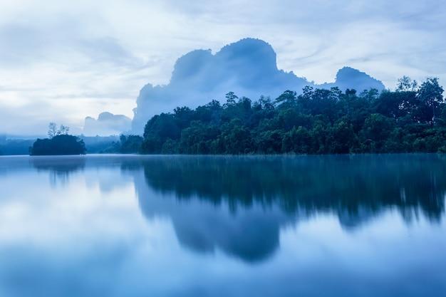 Bellissima natura e riflessione nelle grandi paludi del mattino a ban nong thale, provincia di krabi, thailandia