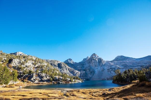 Bella scena della natura nelle montagne primaverili. paesaggi della sierra nevada.