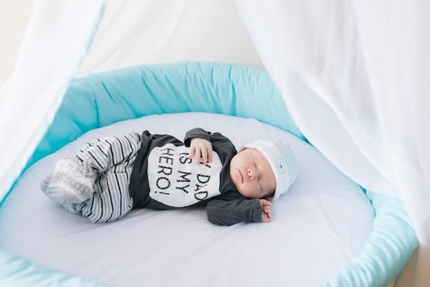Bellissimo neonato sdraiato in un letto ovale