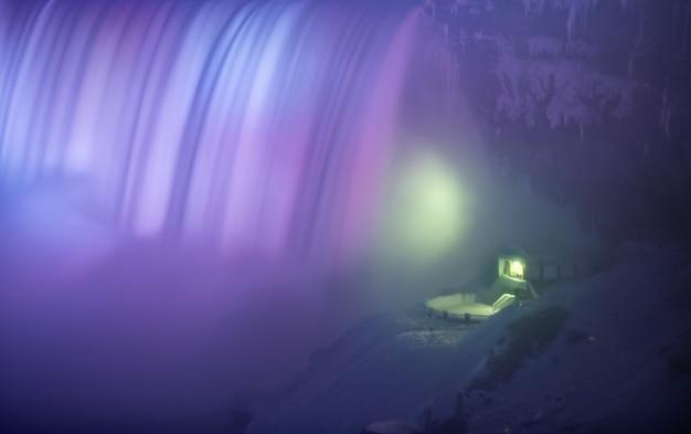 Bellissime cascate del niagara di notte