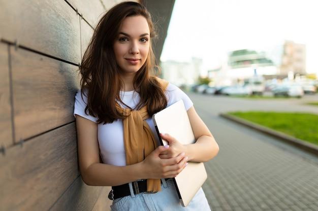 Bella bella bella affascinante attraente bella affascinante allegra allegra bruna dai capelli lisci
