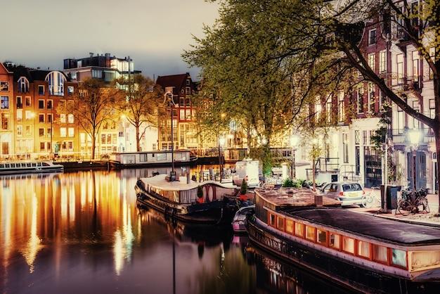 Bella notte ad amsterdam. illuminazione di edifici
