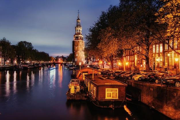Bella notte ad amsterdam. illuminazione