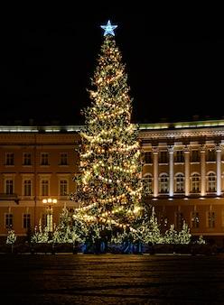 Bella foto notturna piazza del palazzo san pietroburgo. albero di natale di capodanno