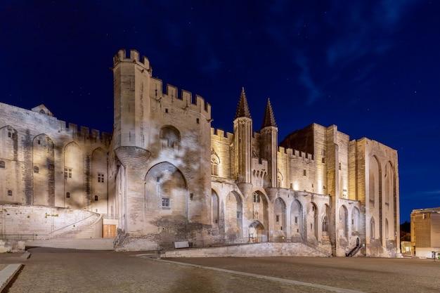 Bella veduta notturna del palazzo dei papi nella città di avignone
