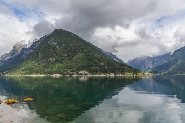 Bellissimo paesaggio norvegese. vista sui fiordi. norvegia fiordo ideale riflesso in acque limpide