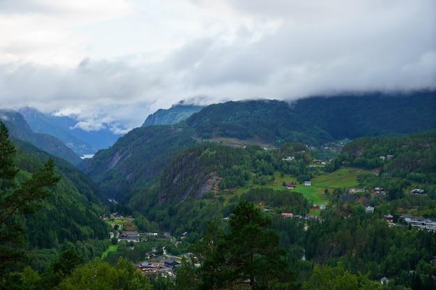 Bellissimo paesaggio norvegese con fiordo a odda, luoghi turistici in norvegia, vista per cartolina e carta da parati