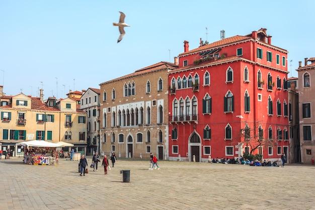 Belle vecchie case e strade strette a venezia.