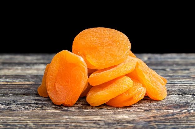 Cibo tradizionale di albicocche secche di piccolo colore arancione bello nei paesi orientali