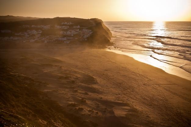 Bellissimo tramonto arancione sulla costa oceanica del portogallo. inquadratura orizzontale