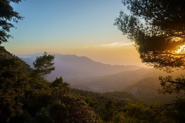 Bellissimo tramonto arancione nelle montagne tramuntana di maiorca. palma di maiorca, spagna