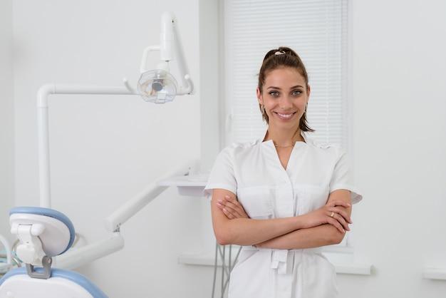 Bello sorridente ortodontista