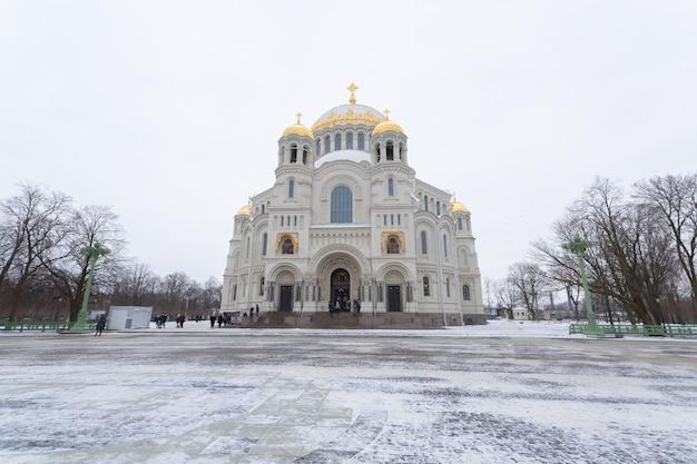 Una bellissima cattedrale ortodossa a kronstadt, san pietroburgo in inverno.