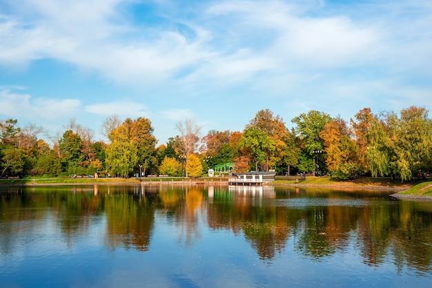 Bellissimo parco ostankino a mosca, stagno autunnale con molo e riflesso nell'acqua.